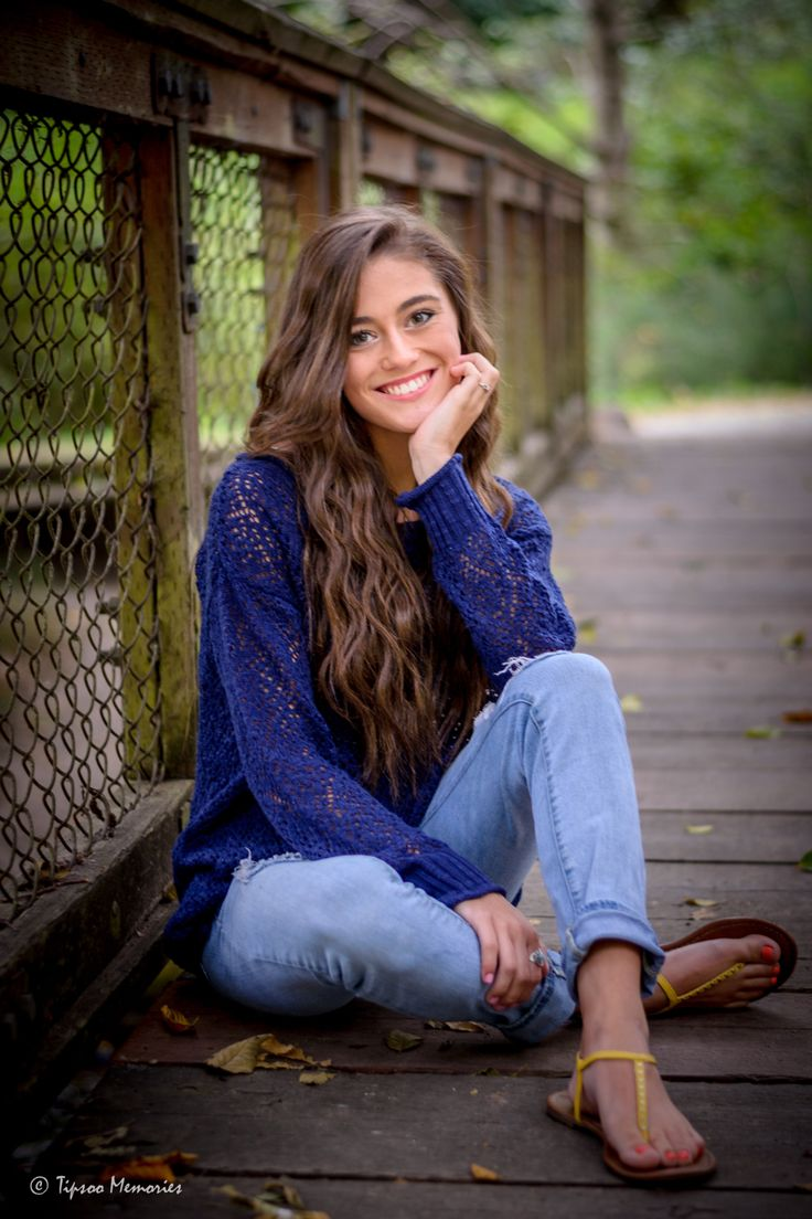 Girl Senior Picture pose on bridge at Dash Point State Park  #tipsoomemories