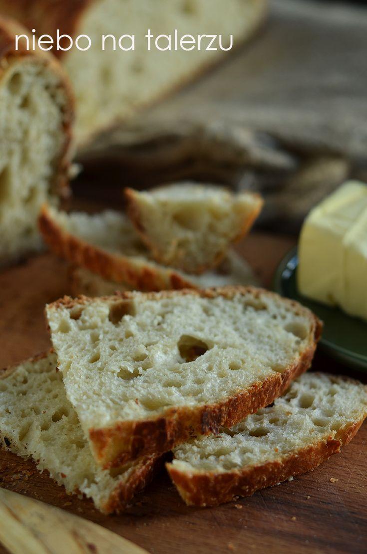 Łatwy chleb z poniższego przepisu nie wymaga zagniatania. Można wymieszać składniki ręką lub łyżką. Za formę służy żaroodporne, zamykane naczynie lub
