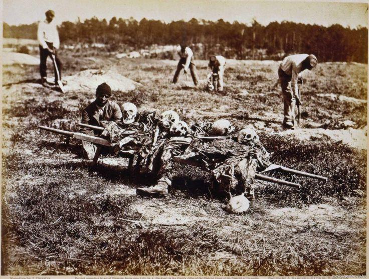 1865. A Cold Harbor-i csata után néger munkások gyűjti össze a halott konföderációs (rabszolgapárti) katonák maradványait. Irónikus.