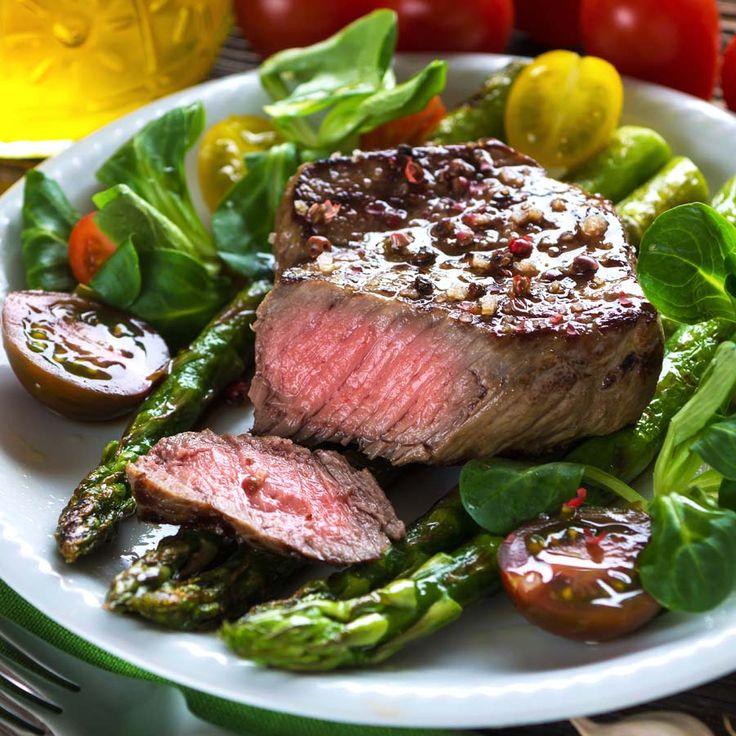 Rinderfiletsteak mit gebratenem Spargel und Salat  Lecker low carb – Salat gebratener grüner Spargel und etwas Fleisch.  http://einfach-schnell-gesund-kochen.de/rinderfiletsteak-mit-gebratenem-spargel-und-salat/