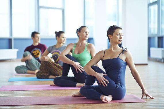 5 poses de yoga que vão acabar de vez com aquela dor chata no pescoço, veja aqui!