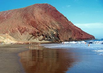 Vakantiegangers op het strand Red Mountain