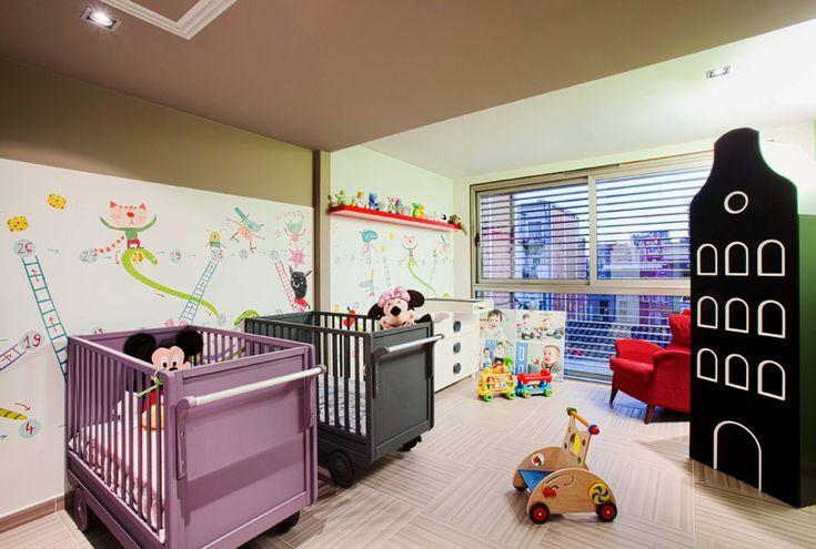 На втором этаже находятся спальня и детская комната, а также выход на верхнюю террасу с бассейном на крыше. http://goodroom.com.ua/mag/dizajn-uzkoj-dlinnoj-komnaty-na-primere-kvartiry-v-barselone/ #Kids_Room #Children_Room #Interiors #Home #Interiordesign