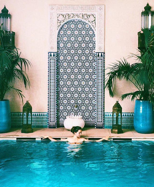 Есть один вывод, к которому мы пришли во время путешествия по Индии, правда слишком поздно, поэтому впечатление от поездки несколько подпортилось 😕 В треш-городах нельзя экономить на отелях и в Марокко это правило работает на 100%! #mintandjasminetravels #morocco #marrakech #riad #neverstopexploring #instatravel #travelgram #vscotravel #марокко #марракеш #риад #путешествия #вокругсвета