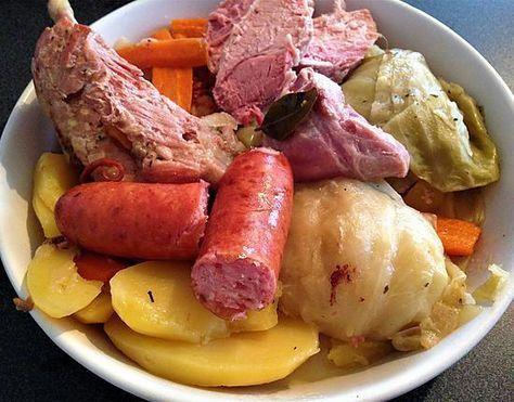La meilleure recette de Potée auvergnate! L'essayer, c'est l'adopter! 5.0/5 (4 votes), 7 Commentaires. Ingrédients: 2 oignons 1 cuillère à soupe d'huile d'olive 1/2 chou pommé 6/8 pommes de terre 6 carottes 120g de lardons maigres 1 feuille de laurier 1 branche de thym 1 cube de boeuf dégraissé 1 jarret de porc 1 palette demi-sel fumée 1 plat de côte demi-sel 4 saucisses fumées poivre