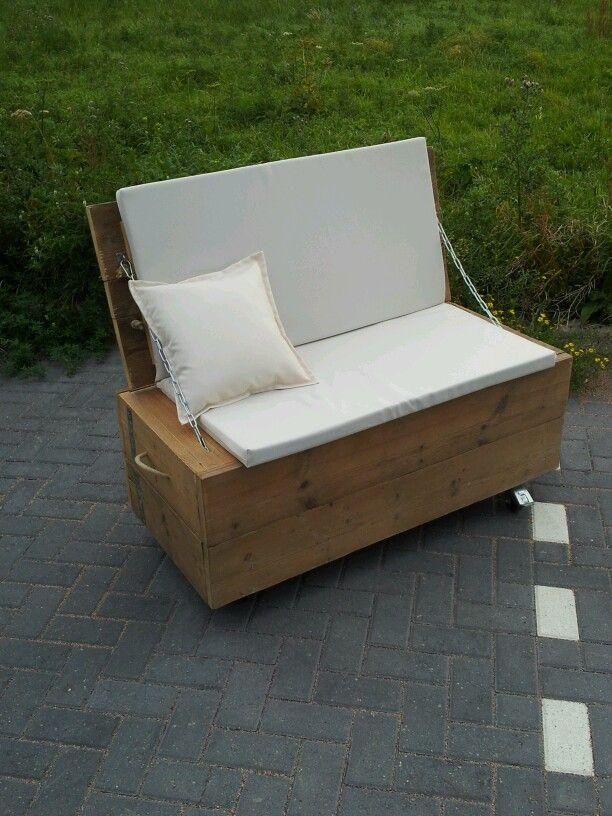 Hocker / Bankje met bergruimte. Afwetking: blanco beits op gebruikt steigerhout.    Bekijk het volledige portfolio via: www.facebook.com/SeJongVintageDesign