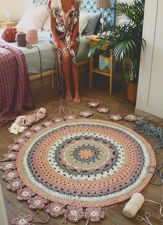 Gehaakt met Trapillo hand geweven tapijt model Camelia. Prijs voor elke grootte:  0.70 meter... €56 1 meter... €85 1.20 meter... €98 1,50 meter... €136  U kan gewassen worden in de wasmachine, in een delicate programma in warm water en hand.  U kunt de grootte en de kleur of de kleuren die u voor uw tapijt wilt. Aarzel niet om te contacteren