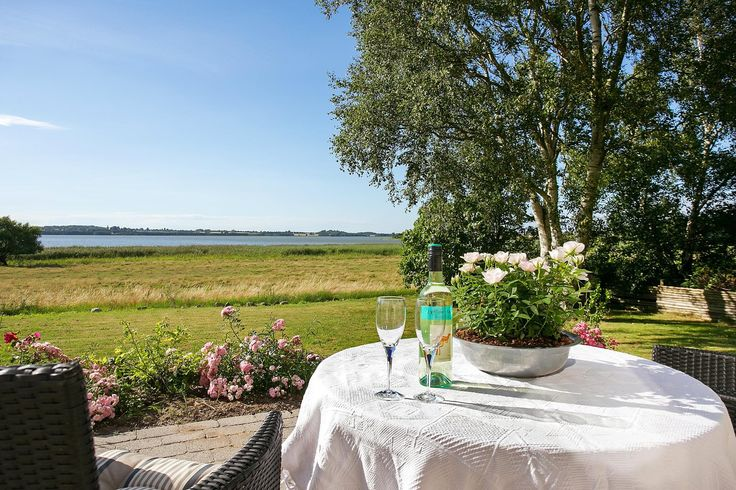 Villa til salg, Frederiksværk - Det smukkeste sted er fundet,  kun et stenkast fra Arresø.    Der er en fantastisk udsigt til Arresø fra næsten alle rum i denne hyggelige villa, der ligger i Auderød, tæt på Frederiksværk.   Inden døre finder I blandt andet fire værelser og et stort køkken-alrum i åben forbindelse med en dejlig stue. Ude kan I nyde en skøn, solrig have og to terrasser, hvoraf den ene er en udsigtsterrasse.   Villaen ligger på en rolig vej kun seks minutters kørsel i bil fra…