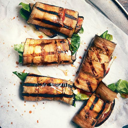 1 Verhit een grillpan en de ovengrill.Snijd de aubergines overlangs inplakken van 5 mm. Bestrijk ze metolijfolie, bestrooi ze met zout en...