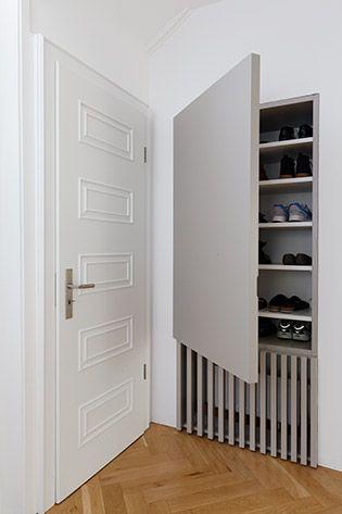 Schuhe und Heizung verschwinden hinter dezent grauen Türen. Schon wirkt der Eingangsbereich aufgeräumt und elegant