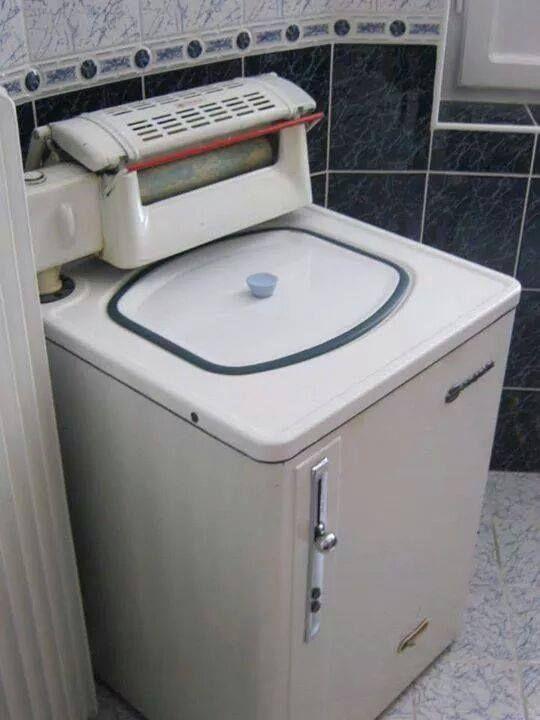 #çocukkennegüzeldi Banyoya çamaşırları koyar çalıştırırdık,on dakka sonra salona bizimle televizyon izlemeye gelirdi