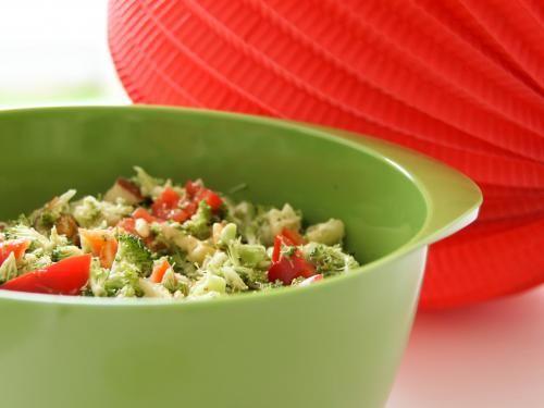 Brokkolisalat mit Pinienkernen - DER Thermomix Partysalat. Dauert zwischen 3 und 5 Sekunden. Unglablich, aber wahr. Das komplette Thermomix Rezept findet ihr hier: http://www.meinesvenja.de/2011/07/07/warum-salat-bei-mir-genau-5-sekunden-dauert/