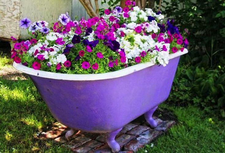 Ďalších 16 skvelých tipov ako využiť starú vaňu nájdete na http://www.tojenapad.sk/16-skvelych-tipov-ako-vyuzit-staru-vanu/ | To je nápad!  #garden #záhrada #flowers #kvety #vaňa #bathtub #tojenápad