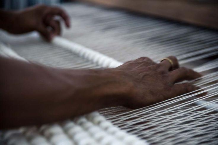 Oggi vi portiamo dietro le quinte dei nostri ateliers indiani per scoprire come vengono prodotti questi incredibili manufatti che sono i nostri tappeti di feltro e lana annodati: http://www.sukhi.it/blog/tappeti-indiani-preziosi-manufatti-dall-estremo-oriente/