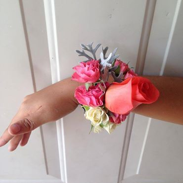 CBL145 Riviera Maya Weddings bodas / corsage coral roses, pink minu roses, stock flower and grey / corsage rosa corala, mini rosas, follaje gris