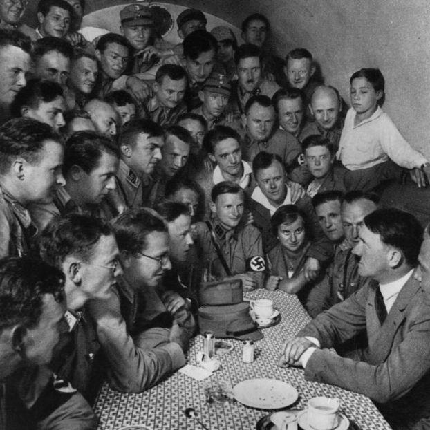 Adolf Hitler e alcuni membri del partito nazista, nel 1938 a Monaco, in Germania