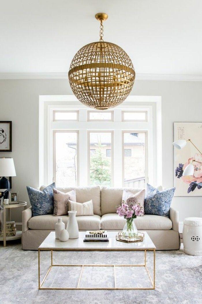 joli salon aux nuances neutres, éléments dorés, table basse en marbre