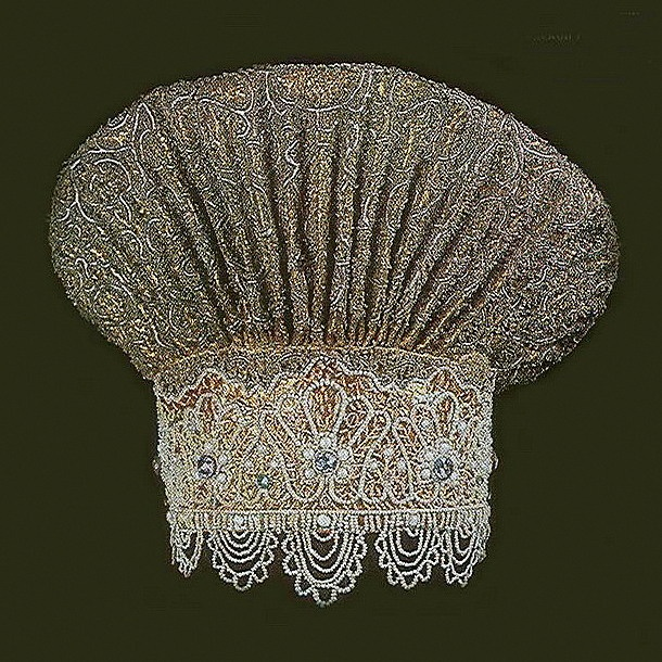 Vologda XVIII century  Kokoshnik - woman's headdress, which became a symbol of the traditional Russian costume, known to us from the XVII century. Form crest kokoshnik could vary depending on the province.