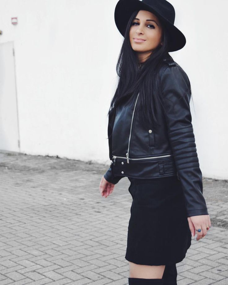 Black Leather Jacket * Black Skirt * Black Hat * Black Overknee Boots * Streetfashion * Daily Look * Outfit * 70s & 90s vibes  Sieh dir dieses Instagram-Foto von @confashiontime an • Gefällt 170 Mal