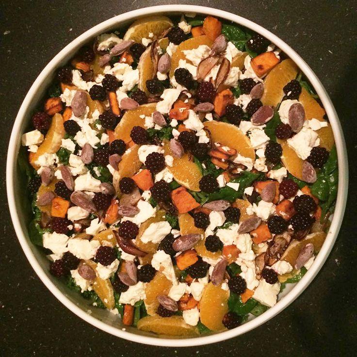 Lækker og spændende grønkålssalat med bagt hokkaido græskar, brombær, appelsin, feta og saltede mandler samt en lækker og frisk vinaigrette med honning, parmesan og hasselnødder.