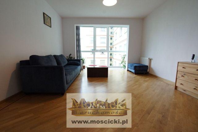 Prezentujemy Państwu mieszkanie 2-pok. o pow. ok 60m2Na w/ w powierzchnię składa się salon od strony patio, oddzielna kuchnia i sypialnia z widokiem na al. Kasztanową,łazienka i przedpokój.Mieszkanie w bardzo dobrym stanie, w przedpokoju i syp...