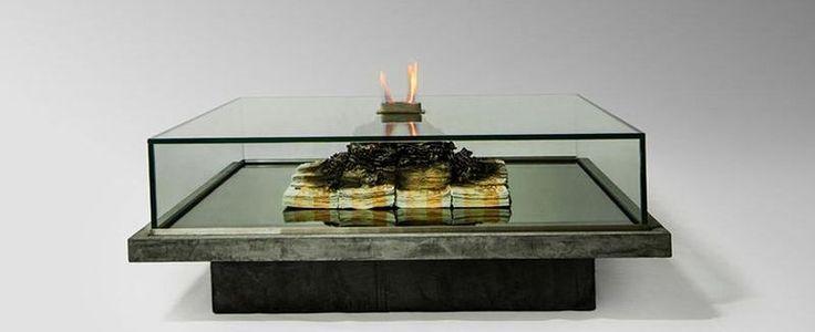 Amarist Studio hat gemeinsam mit Künstler Alejandro Monge diesen Tisch namens Too Much? II geschaffen und damit ein ganzes Stück Gesellschaftskritik visualisiert. Die Fuffis werden nicht durch den Club geworfen, sondern wortwörtlich verbrennt eigentlich brennt nur ein kleiner Tischkamin über einem scheinbar angekokelten Haufen 50 Euro-Scheine, aber die Message ist gesetzt. Da wird Geld verbrand [ ]