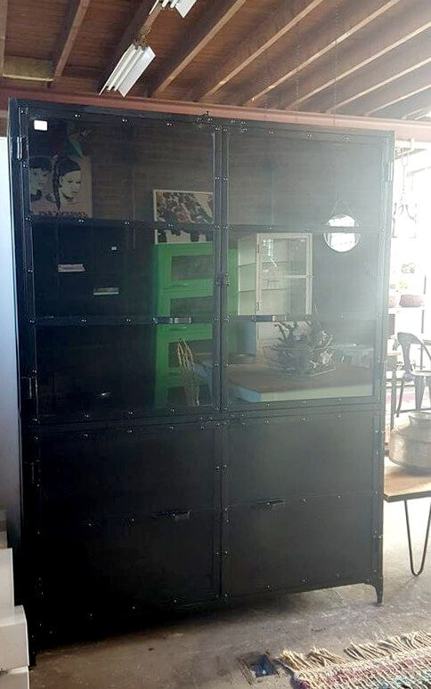 Grote industriële buffetkast van ijzer, met glazen deurtjes. Voor opslag, als showcase of om je verzameling in uit te stallen. quip&Co, industrieel design