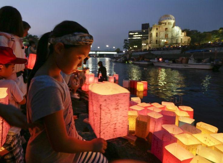 Hiroshima, Japan, von Kimimasa/EPA, publiziert am 6. August. | Am 70. Jahrestag des Atombombenabwurfs auf die japanische Stadt Hiroshima gedenken Menschen der getöteten Opfer mit Papierlaternen, die sie auf dem Fluss Motoyasu vor dem Friedensdenkmal ins Wasser setzen.