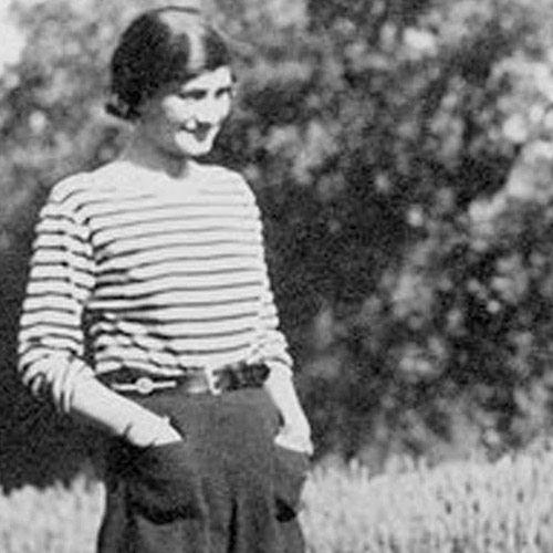 Também por conta da guerra, Chanel vê marinheiros usando listras e decide aderir à coleção de 1917, colocando o Breton top na moda até hoje.
