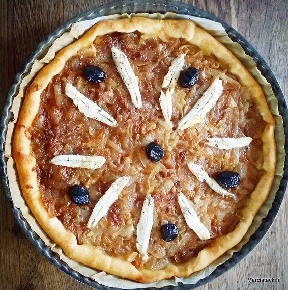 En vacances en Provence, j'en profite pour renouer avec les recettes de cuisine de mon enfance. La maison de ma maman regorge de livres de recettes Provençales, et ça fait du bien de m'adonner à cette cuisine qui a bercé ma jeunesse. La pissaladière est incontournable ici, que ce soit pour les repas ou servie …
