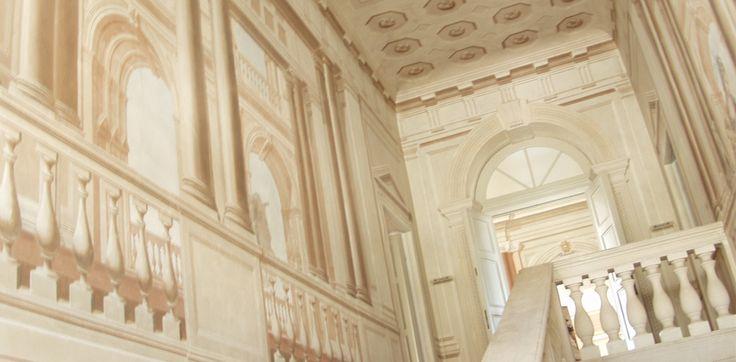 le pareti dello Scalone della Contessa, affrescate da allievi del Tiepolo nel XVIII secolo