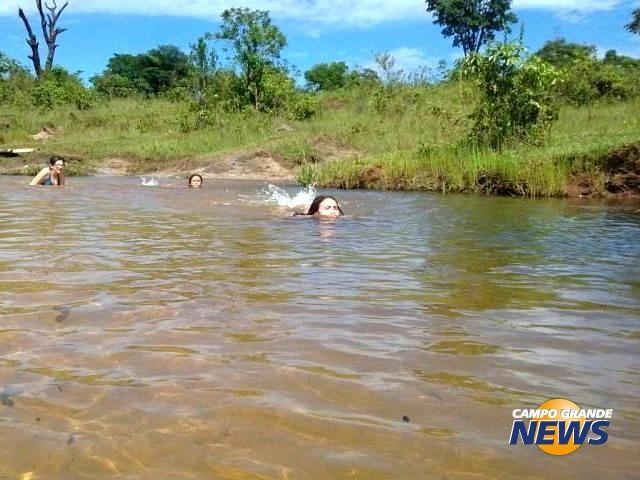 Em Ribas do Rio Pardo, riacho embaixo de ponte é perfeito para manhã em família
