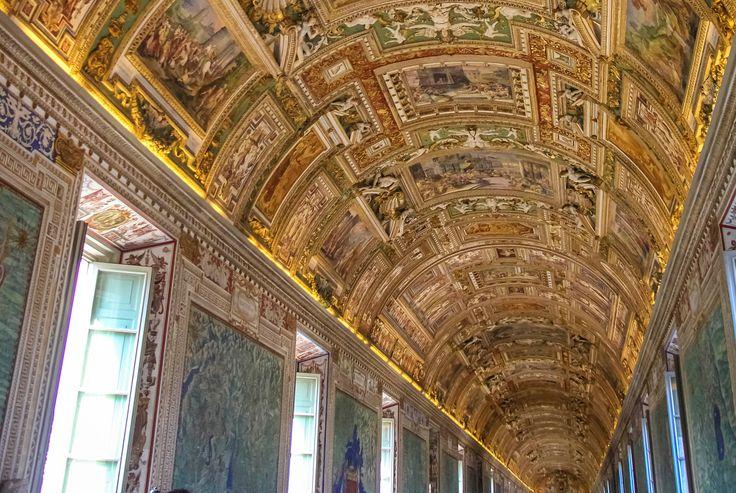 Ватикан ещё одно удивительное место . Крошечное независимое государство, которое было основано совсем недавно-в 1929 году. Его площадь всего лишь 0,44 квадратных километра, а численность населения 1000 человек) зато обслуживающего персонала на них трудится в три раза больше))) В самом маленьком государстве расположенывсевысшие органы управления римско-католической церковью, включая резиденцию Папы римского, поэтому многие приезжают не только на экскурсию, но и в надежде получить б...