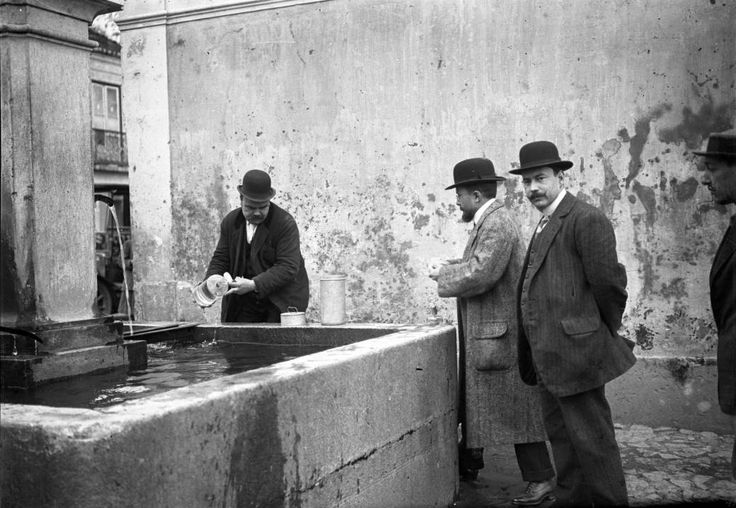 Lisboa, collecting samples of water on public fountains