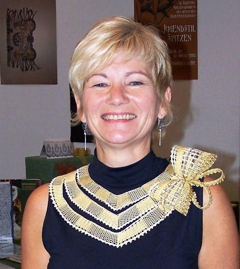 To je paní Ivanka Domanjová, autorka několika knih o paličkování