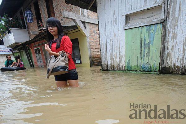 BANJIR - Warga Gang Merdeka, Kecamatan Medan Maimun, sedang mengevakuasi barang yang terendam banjir, Minggu (20/10). Hujan deras yang terus...