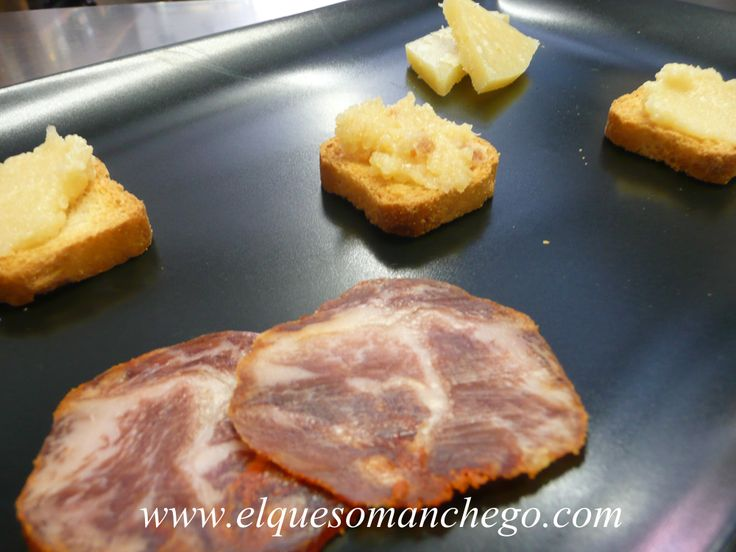 Textura de Queso Manchego con Lomo de Bellota, elaborado con ingredientes de primera calidad: queso manchego artesano y lomo ibérico de bellota.