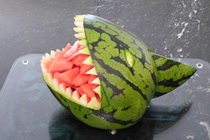 Ihr sucht für Eure Piraten-Party noch einen Snack, der garantiert gut ankommt und eine Abwechslung zum Süßkram ist? Dann ist der Melonen-Hai genau richtig!