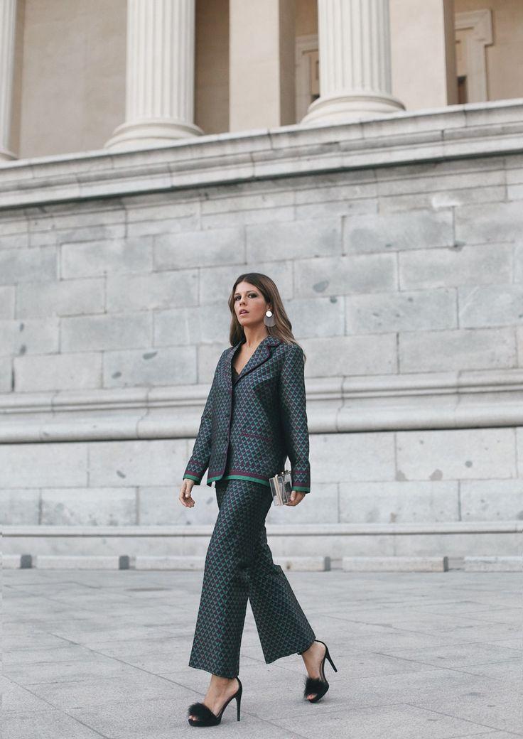 Jacquard Suit | Mi armario en ruinas. Jacquard print suit-pant+black cami+black ankle strap heeled fur sandals+transparent clutch+earrings. Fall Semi Formal Event Outfit 2017