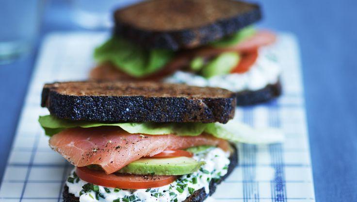 Hvis maden skal lidt hurtigt på bordet, så lav en laber avocado sandwich med røget laks og hytteost