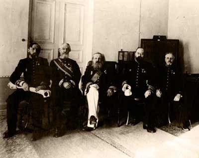 Д.И.Менделеев (в центре) и сотрудники Главной палаты мер и весов