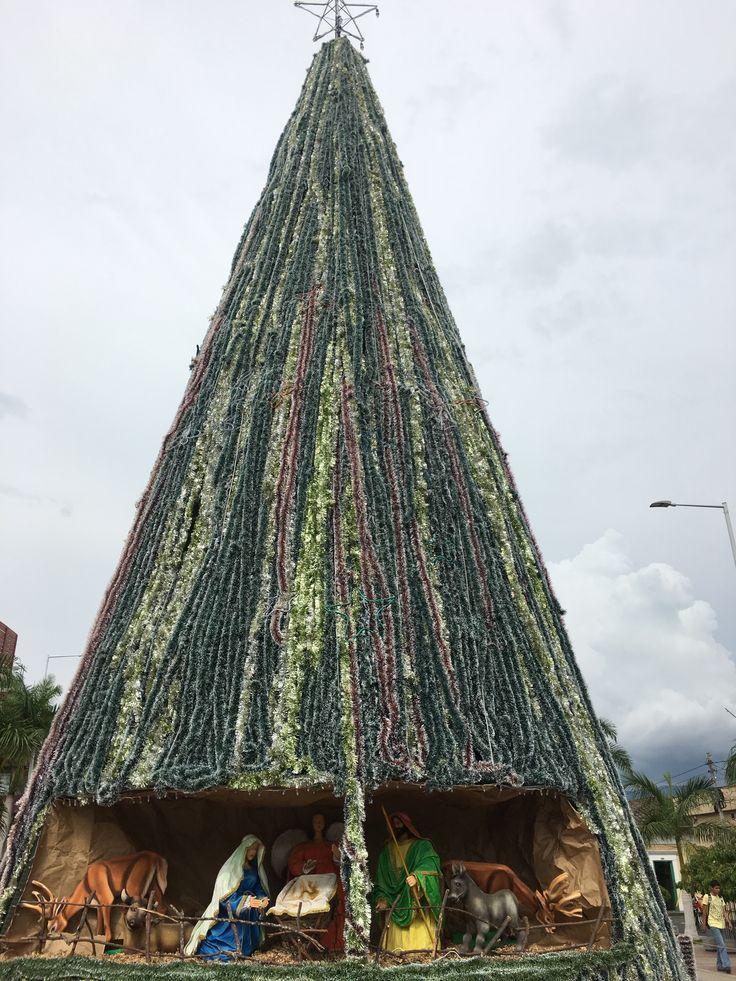 Árbol de Navidad en la plazoleta Lourdes, frente a la Basílica de Buga, Colombia.