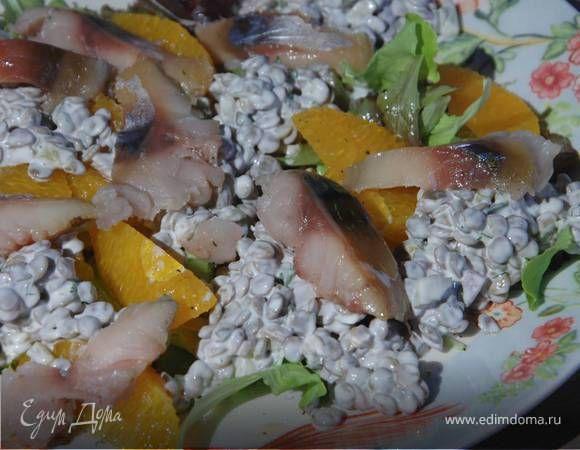 Салат из зеленой чечевицы с апельсином и копченой рыбой . Ингредиенты: огурцы соленые, лайм, чечевица зеленая