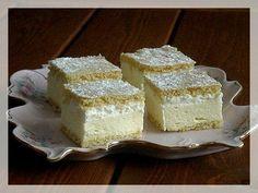 Slovenské krémeše 250 hladké mouky 100 g moučk cukru 1 PL rumu 50 g tuku na pečení 1 vejce 1 PL medu 1 PL mléka 1 KL jedlé sody Vypracujeme těsto, v chladu odpočinout. Z těsta 2 placky a upečeme . Krém: 1 litr mléka 2 žloutky 2 vanil pudinky 2 KL hladké mouky 250 g másla 150 g mouč cukru V mléku rozmícháme žloutky, pudink, mouku a ve zbylém mléce uvaříme hustý krém, vychladnout. Máslo s cukrem a zašleháme pudink krém. Krém na upečený plát, na krém šlehačku a druhý plát, pocukrujeme.