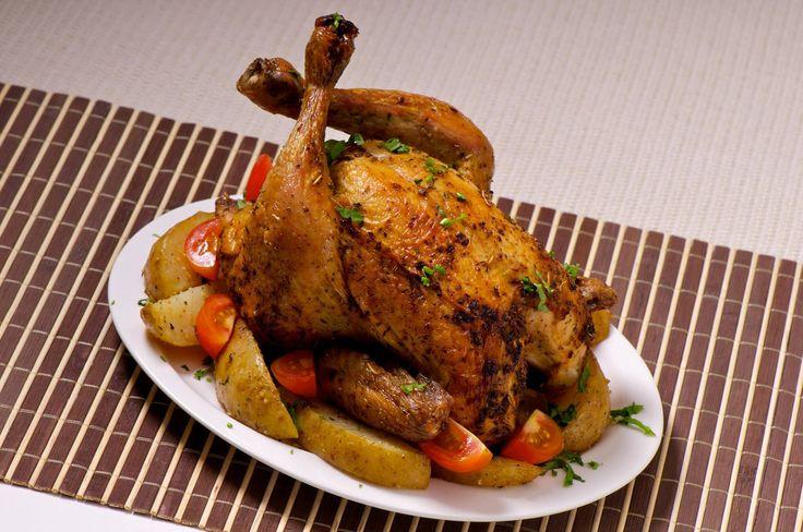 #RecetasCotiza: Pollo al horno con limón, papas y hierbas. Una opción nutritiva y fácil de preparar. Necesitas un pollo entero el cual condimentaras con hierbas y aderezos que gustes, en la bandeja pones las papas y el limon acompañados del pollo y dejas cocinar. Lo puedes acompañar con ensaladas y ya tienes listo un almuerzo entretenido para toda la familia. #comida #pollo #recetas
