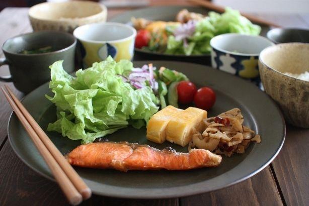 焼き鮭卵焼き蓮根の金平サラダオクラ納豆にらたま味噌汁