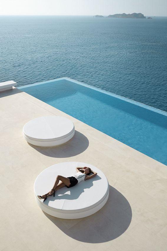 détente et luxe au bord d'une piscine - Daybed by Ramón Estve