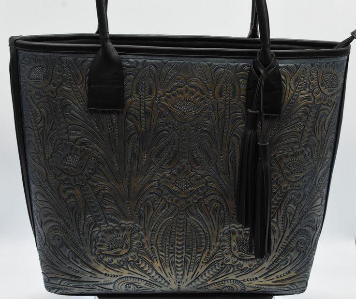 Bolsa cincelada en piel tipo shopper.  #Bolsa #cincelada #piel #tipo #shopper #color #negro #finelookingstore  Chiselled Leather Shopper Bag #Chiselled #Leather #Shopper #Bag #finelookingstore