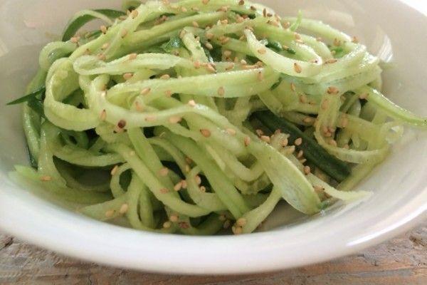 Deze komkommersalade is heel simpel en supersnel klaar. Lekker als zomers bijgerecht bij de avondmaaltijd of barbecue, maar ook heerlijk als frisse lunch met bijvoorbeeld een paar rijstwafels of…