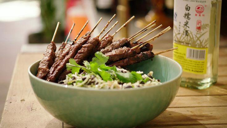 Teriyaki is een bereiding op basis van soja, saké en suiker die veel smaak geeft en het vlees mooi doet glanzen. Jeroenwerkt voor de satés met groothoofd, een veelzijdig stuk vlees uit de dij van het rund.